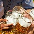המטרה: לקלוע כדור פינג פונג לתוך כוס בירה. אילוסטרציה צילום: shutterstock