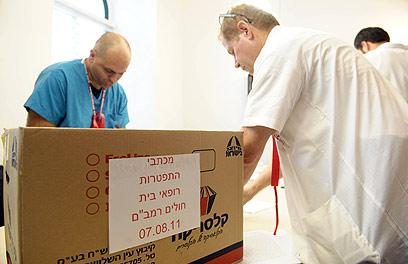 """חותמים על מכתבי התפטרות בחיפה. """"עוד אנשים מצטרפים"""" (צילום: מורן מעיין) (צילום: מורן מעיין)"""