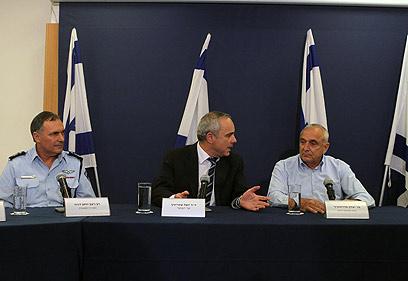 אהרונוביץ', שטייניץ ודנינו בטקס החתימה על ההסכם החדש (צילום: גיל יוחנן) (צילום: גיל יוחנן)