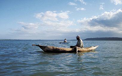 דיג בקאנו בנהר. הקאנו עשוי גזע עץ יחיד שמגולף עד שנוצר חלל לחותר (צילום: מישה הויכמן, טבע הדברים) (צילום: מישה הויכמן, טבע הדברים)
