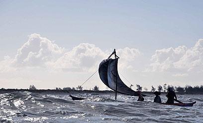 ברוב הימים הגלים מונעים מהדייגים להיכנס לים, אך הם יוצאים  לים גם כשהוא מסוכן (צילום: מישה הויכמן, טבע הדברים) (צילום: מישה הויכמן, טבע הדברים)