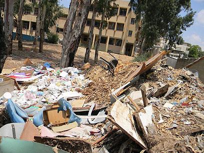 הזנחה בחצר בית ספר בג'לג'וליה (צילום: חסן שעלאן) (צילום: חסן שעלאן)