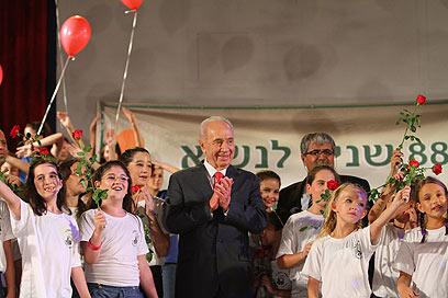 פרס חוגג עם ילדי כפר תבור (צילום: חגי אהרון) (צילום: חגי אהרון)