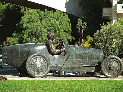 """במונקו מגוון פסלים סביבתיים, ונותנים כבוד לפסל ה""""פורמולה 1"""" בכניסה לנסיכות (צילום: עמרי גלפרן, טבע הדברים )"""