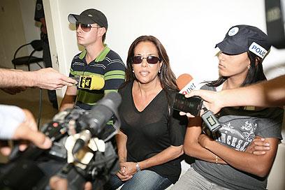 צנעני אתמול בבית המשפט. השגחה בכלא נווה תרצה (צילום: בייגל) (צילום: בייגל)