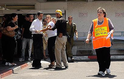 פינוי הפצועים לבית החולים יוספטל באילת (צילום: רויטרס) (צילום: רויטרס)
