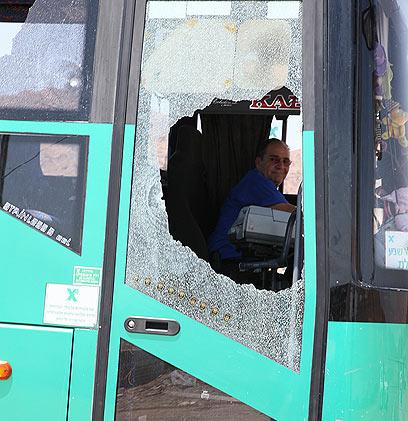 שמשת האוטובוס שעליו הסתערו המחבלים (צילום: יאיר שגיא, ידיעות אחרונות) (צילום: יאיר שגיא, ידיעות אחרונות)