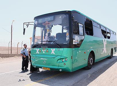 האוטובוס שנפגע בדרך לאילת (צילום: יאיר שגיא, ידיעות אחרונות) (צילום: יאיר שגיא, ידיעות אחרונות)
