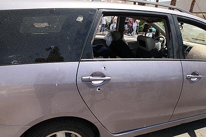 המכונית שנפגעה מאש המחבלים (צילום: יאיר שגיא, ידיעות אחרונות) (צילום: יאיר שגיא, ידיעות אחרונות)