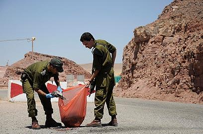 חיילים בזירת הפיגוע (צילום: רויטרס) (צילום: רויטרס)