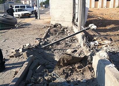גדר הישיבה נפגעה, שמשות המכוניות הסמוכות נופצו (צילום: יענקי סלוד) (צילום: יענקי סלוד)