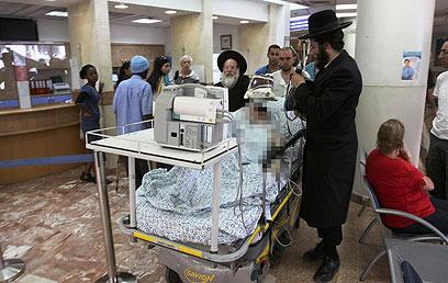 אחד הפצועים בבית החולים. הנפגעים קל ישוחררו כנראה היום (צילום: אבי מועלם) (צילום: אבי מועלם)