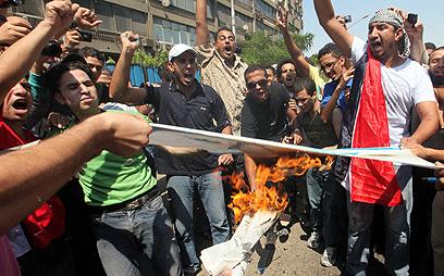 מפגינים נגד ישראל ביום שישי (צילום: EPA) (צילום: EPA)