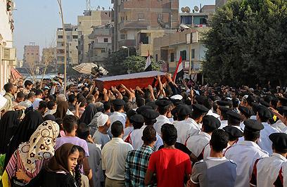 הלווית השוטרים במצרים (צילום: AFP) (צילום: AFP)
