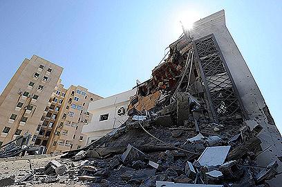 """בניין שנפגע בהפגזות מטוסי נאט""""ו בטריפולי, הלילה (צילום: רויטרס) (צילום: רויטרס)"""