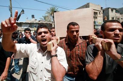 """הלוויית אחד ההרוגים בתקיפות צה""""ל (צילום: רויטרס) (צילום: רויטרס)"""