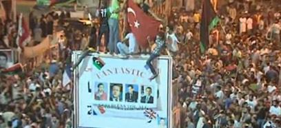 """""""שעה מכרעת והיסטורית"""". אזרחים חוגגים את הפלת המשטר ()"""