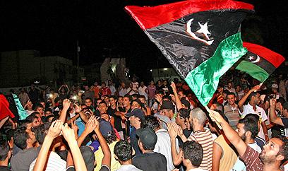 המונים חוגגים ברחובות טריפולי  (צילום: AFP) (צילום: AFP)