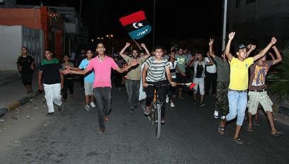 """אלפי בני אדם חגגו את """"נפילת הרודן"""" (צילום: AFP) (צילום: AFP)"""