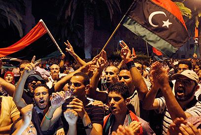 מניפים דגלי לוב בחגיגות (צילום: רויטרס) (צילום: רויטרס)