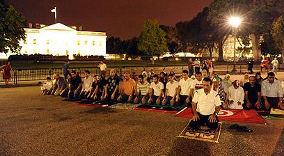 """גולים לובים מחוץ לבית הלבן. """"תודה לך אובמה"""" (צילום: AFP) (צילום: AFP)"""