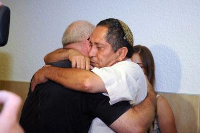 צליל צנזור מחבק את משה חצ'קור (צילום: הרצל יוסף ) (צילום: הרצל יוסף )