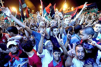 מורדים בבנגזי חוגגים את נפילת קדאפי (צילום: EPA   ) (צילום: EPA   )