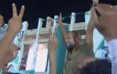 מפגינים תומכים בסייף אל-איסלאם, אמש ()