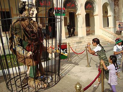 כל תומכיו של הרודן הלובי יחוסלו? פסל קדאפי בבנגזי (צילום: MCT) (צילום: MCT)