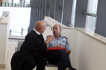 """עו""""ד ששי גז עם נציג המשטרה מחוץ לאולם (צילום: מוטי קמחי) (צילום: מוטי קמחי)"""