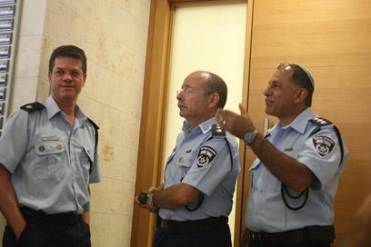 צוות החוקרים מחוץ לאולם הדיונים (צילום: מוטי קמחי) (צילום: מוטי קמחי)