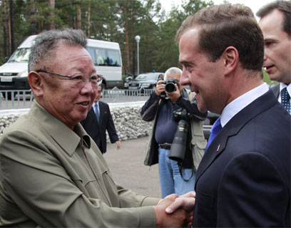 לפני ארבעה חודשים: קים ג'ונג איל נפגש עם נשיא רוסיה (צילום: EPA) (צילום: EPA)