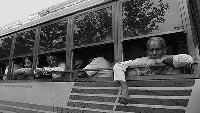 תקועים בחלונם: תערובת של תשישות וכניעה לגורל ניבטים מהאוטובוסים התקועים (צילום: צדוק יחזקאלי) (צילום: צדוק יחזקאלי)