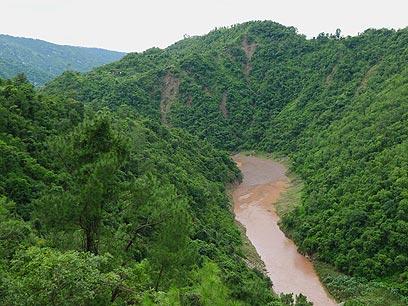 הנהר החוצה את העמק, אדום משטפונות הבוץ (צילומים: צדוק יחזקאלי) (צילום: צדוק יחזקאלי) (צילום: צדוק יחזקאלי)