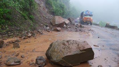 מפולת הסלעים. הסלעים הללו נשטפו בסחף המונסון אל אמצע הדרך (צילום: צדוק יחזקאלי) (צילום: צדוק יחזקאלי)