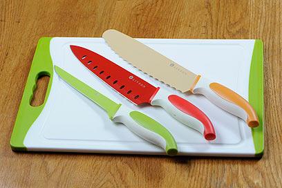 """סט סכינים ומשטח עבודה של ליוואון (Liveon) משטח 38x25 ס""""מ. המשטח אנטי בקטריאלי עם ידית אחיזה. מתאים למדיח כלים. מגיע עם 3 סכינים בציפוי נון-סטיק: שף, פילוט דגים ומסור ללחם (סין) (צילום: דודו אזולאי)"""