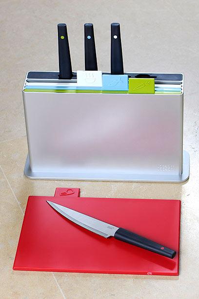 """ג'וזף ג'וזף (Joseph Joseph). ערכה של ארבעה משטחי חיתוך צבעוניים, 20X30 ס""""מ כל אחד. הירוק לירקות, הכחול לדגים, הלבן למזון מבושל והאדום – לבשר. מתאים למדיח כלים. בנוסף, ארבעה סכינים מותאמים לכל משטח. להב הסכין מפלדה יפאנית (אנגלי, מיוצר בסין) (צילום: דודו אזולאי)"""