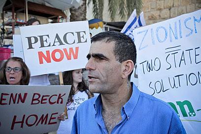 """מפגינים מחוץ לעצרת. """"דיברו אל מיכאלי בתקיפות"""" (צילום: נועם מושקוביץ) (צילום: נועם מושקוביץ)"""