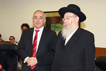 Historic deal. Finance Minister Steinitz (L) and Deputy Health Minister Litzman (Photo: Dana Kopel)