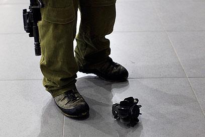 חלקי פצצת המרגמה בשטח מעבר הגבול (צילום: צפריר אביוב) (צילום: צפריר אביוב)