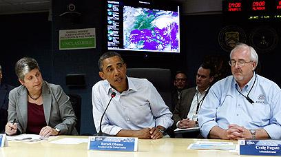 הנשיא אובמה בתדריך במרכז החירום (צילום: רויטרס)