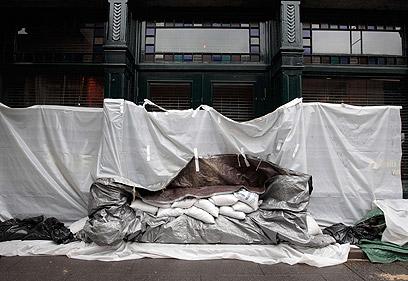 חנות משקאות בניו יורק התבצרה בשקי חול ויריעות פלסטיק (צילום: AFP)
