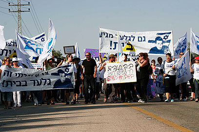 מאות צעדו מיד מרדכי לרגל יום הולדתו של גלעד שליט (צילום: אליעד לוי) (צילום: אליעד לוי)