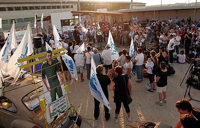 יום הולדת עצוב. העצרת במעבר ארז, הערב (צילום: אליעד לוי) (צילום: אליעד לוי)