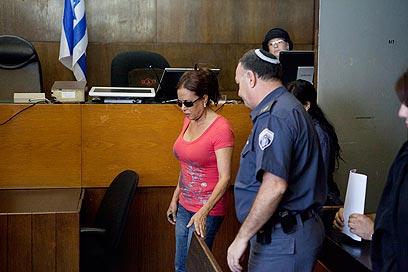 צנעני מובלת לבית המשפט, היום (צילום: דרור עינב) (צילום: דרור עינב)