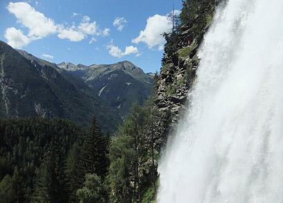 המים נופלים מגובה של 159 מטר. מפלי שטויבן (צילום: אורנה בן-חיים) (צילום: אורנה בן-חיים)