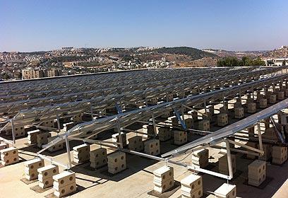מערכת סולארית בגג בית הספר דנמרק בירושלים ()