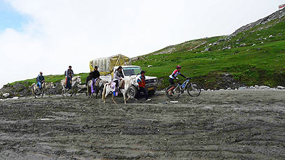 רק פרדות ואופניים מצליחים לכבוש את הרוטאנג הבוצי בקלות יחסית למשאיות (צילום: צדוק יחזקאלי) (צילום: צדוק יחזקאלי)