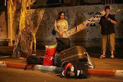 טרא מחכה עם חפציה מחוץ לבית ראש הממשלה, אמש (צילום: גיל יוחנן) (צילום: גיל יוחנן)
