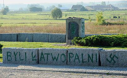 """""""התקופה הכי אנטישמית בעשור האחרון"""". צלב קרס באנדרטה לזכר השואה בפולין (צילום: AP) (צילום: AP)"""